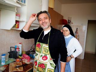 Друг проекта из Италии- Абрамо Ваннэлли с сестрой Исабель - готовит итальянский пай для Архиепископа Павла Пецци  www.helfenleben.com