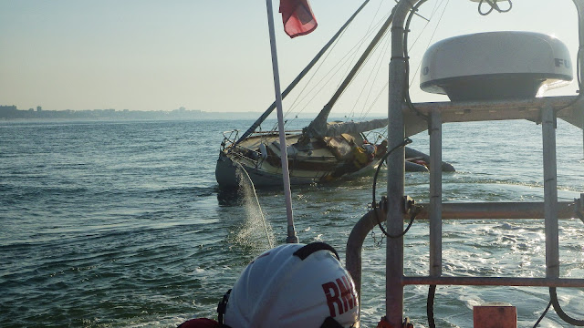 Poole ILB attempting to tow a yacht off Hook Sands while an ILB crew member trys to lean the vessel over as far as pooible - on 8 August 2013 Photo: RNLI/Poole