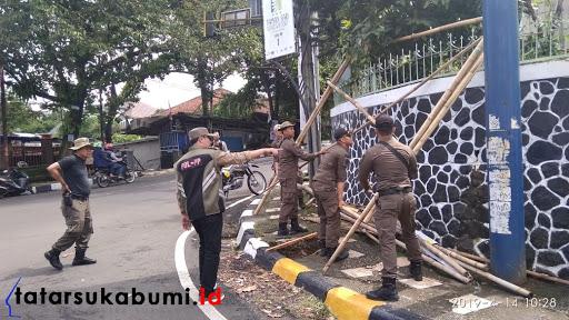 Achmad Fahmi pimpin penertiban APK di Kota Sukabumi // Foto : Dian Syahputra Pasi