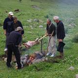 Méchoui. Kyzyl Aksuu, Kungej Alatau, Kyrgyzistan (5 juillet 2006). Photo : J.-M. Gayman