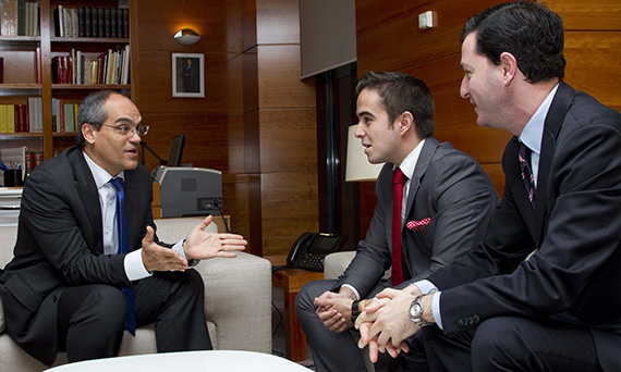 Rafael van Grieken, Antonio Fabregat y Francisco Valiente hablando sobre la importancia de formar en oratoria y comunicación desde los colegios