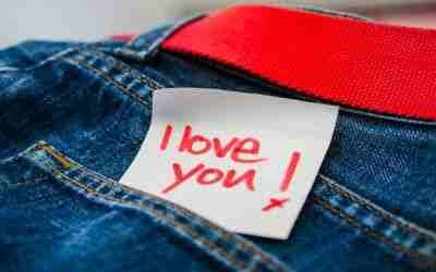 Dejar un pequeño presente de amor en los bolsillos de su pantalon