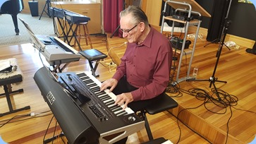 Roy Steen playing the Korg Pa4X.