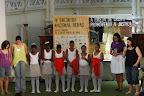 Tábata Mori (à direita) orando pelas meninas que apresentaram número de dança