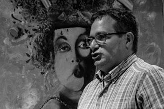 Photo: Pedro, sorprendido por el retrato de una dama en el momento justo de afirmar que está en contra del arte moderno y besucón.