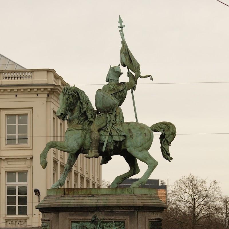 Brussels_042 Godefroy de Bouillon Statue.jpg