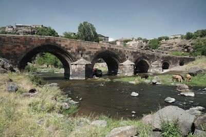 Steinbogenbrücken im Oshakan