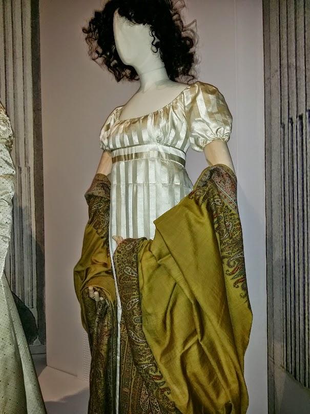 Robe de soie, châle de cachemire