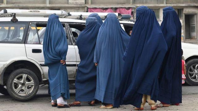 Женщины на остановке такси в Кабуле. Июль 2021 г.