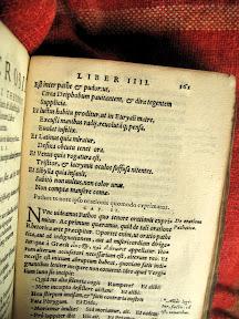 Encabezado de una página del cuarto libro. Cuatro en números romanos utilizando cuatro I, no con la notación moderna IV