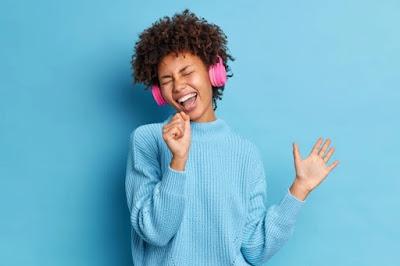 mulher negra cantando para aprender inglês em casa
