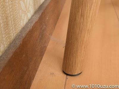 ダイニングテーブルと壁の間にできていたクモの巣