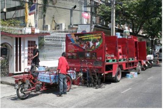Xe tải bán buôn trên phố