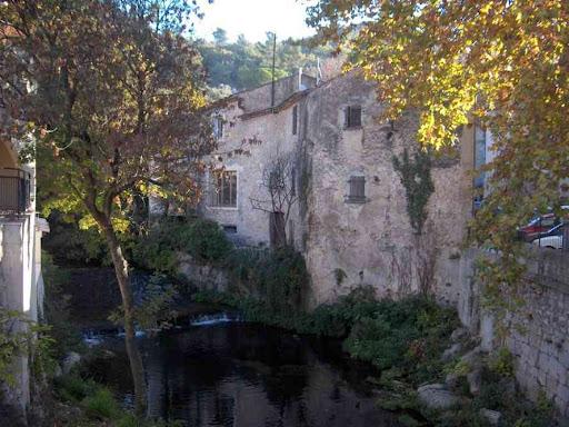 La rivière (le Gapeau) dans le village de Belgentier