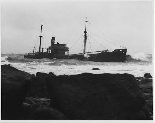 El MINA CANTIQUIN tras su varada. 4 noviembre 1951. Morrab Library Photographic Archive.tif