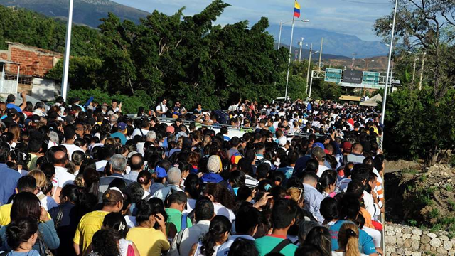 Thousands of people cross into Colombia after Venezuela opened the common border to allow its people to buy food and medicine, 10 July 1016. Photo: AFP