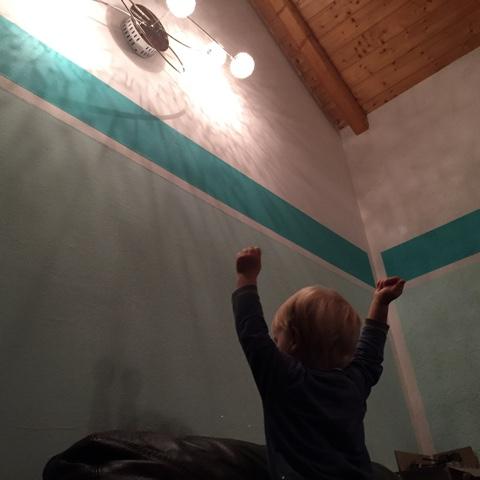 Kind reckt seine Arme