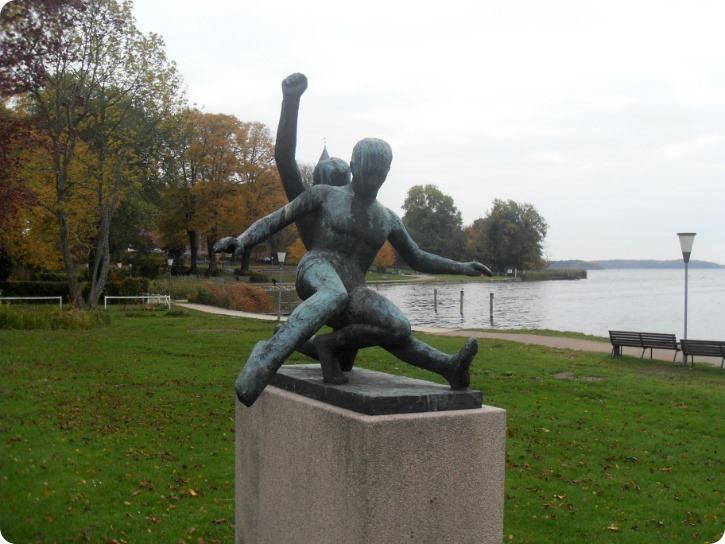Takling eller fodboldspil - skulptur fundet i Maribo i efteråret