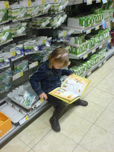 Gezellig boodschappen doen met mama = tegenwoordig heel de tijd boekjes lezen :)