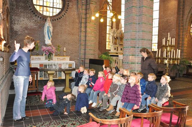 Kleuters bezoeken Martinuskerk - DSC_0051.JPG