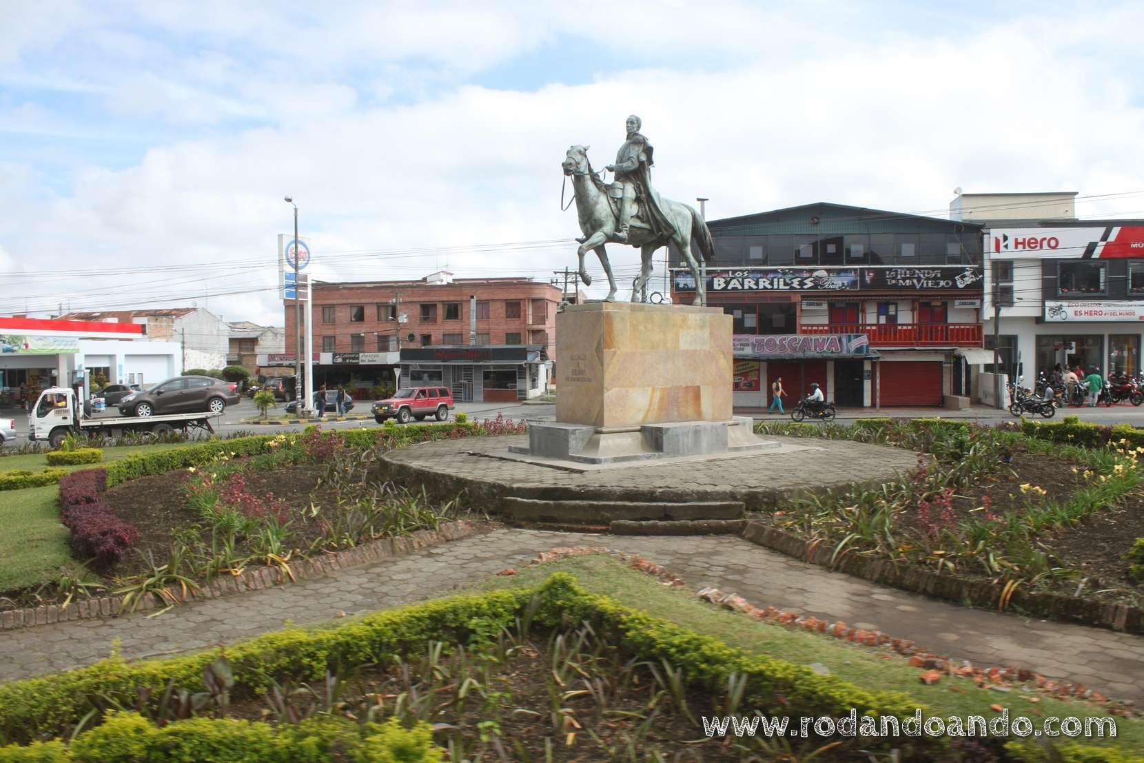 Comenzamos a ver estatuas de Simón Bolivar