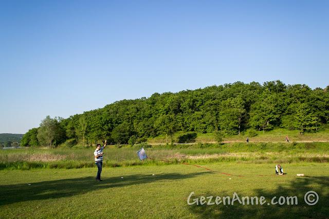 Sakarya Poyrazlar Gölü kenarındaki düzlük alanda uçurtma uçurmaya çalışırken