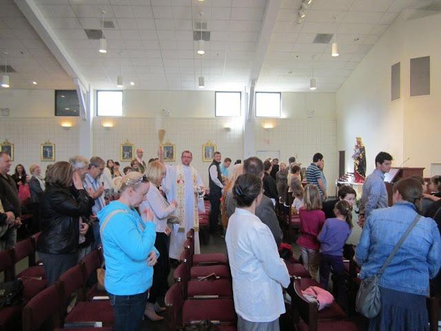 Błogoslawienie pokarmów w kościele MOQ, Norcross. Ks. Piotr Nowacki. zdjęcia E. Gürtler-Krawczyńska - 021.jpg