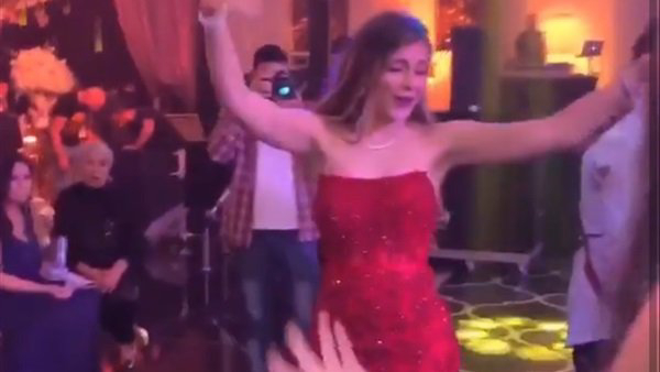 أحدث إطلالة لـ ملك قورة في حفل زفاف رقصت بفستان أحمر على أنغام السود عيونه.