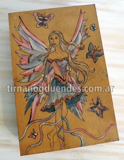 Caja hada lila pirograbada www.tirnanogduendes.com.ar