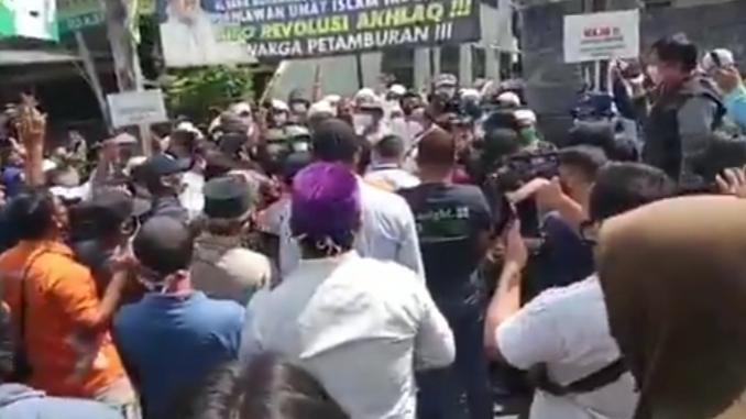 Petamburan Ricuh! Polisi Bawa Surat Panggilan Habib Rizieq Dicaci Massa, Sejumlah Wartawan Lari Kocar-kacir