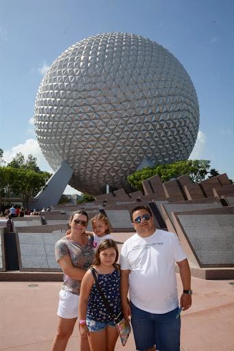 Kelli e a família no Epcot em Orlando