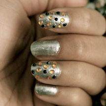 unhas decoradas com esmalte metálico dourado para o Réveillon