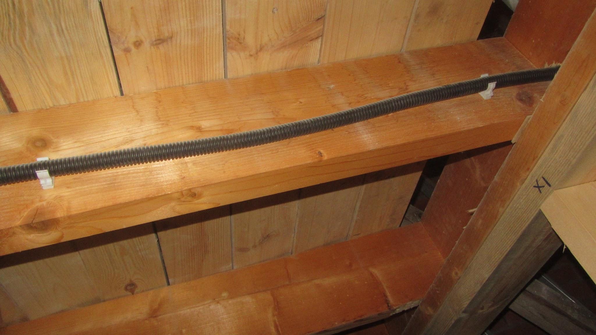 Проход кабеля под площадкой лестницы к стене-2