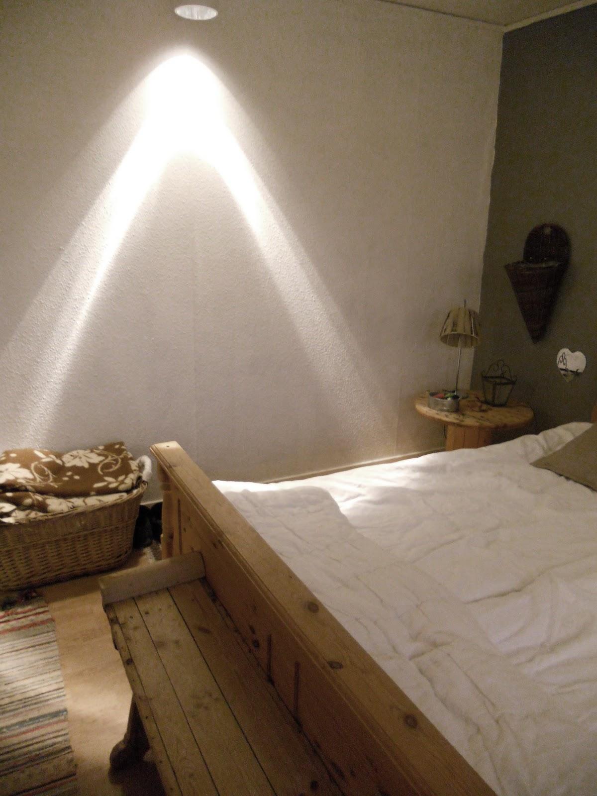 Pysseltanten: sovrumsvägg....