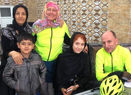 Miri & Chris mit der Familie eines Restaurant-Besitzers am Stadtrand von Teheran