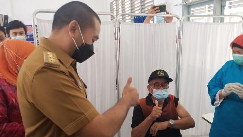 Wagub Sumbar Resmikan Pelayanan Drive Thru Vaksinasi Covid-19 Gratis Bagi Lansia