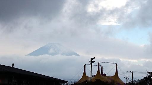 [写真]敷地内にそびえるサーカステント(と富士山)