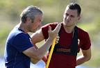 Bernd Storck szövetégi kapitány (b) és Szalai Ádám, a magyar válogatott játékosa a franciaországi Tourrettes-ben tartott edzésen 2016. június 24-én. (MTI Fotó: Illyés Tibor)