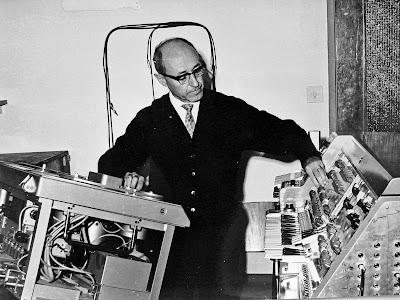 Josef Tal trabajando con una grabadora Ampex y el Multitrack de Le Caine en su estudio de Jerusalén en 1965