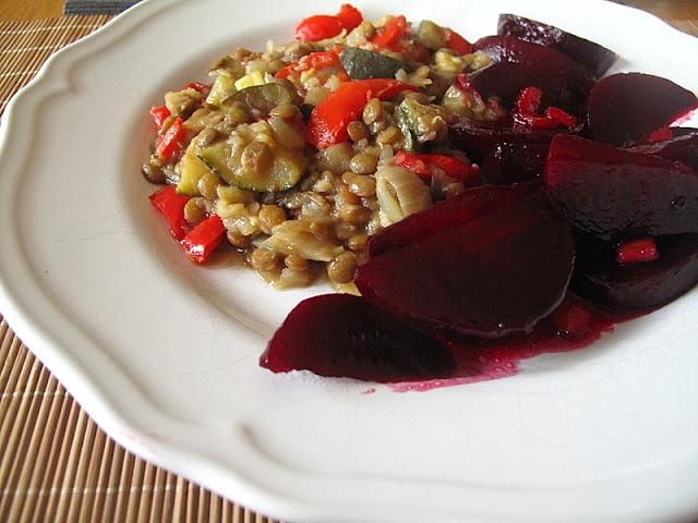 Soczewica z cebulą, papryką i cukinią + glazurowane buraczki
