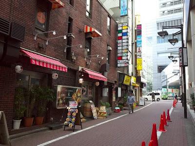 夜になると煙モクモクのマークシティ横の渋谷ウエーブ通り