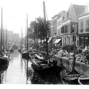 Marktdag in Leeuwarden. Wat opvalt is de grote verscheidenheid aan Houten Beurtscheepjes   Alle met een vaste ligplaats! Zie ook alle goederen op de kade