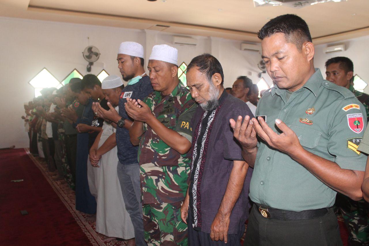 Masyarakat dan Personel Kodim 1407/Bone Shalat Ghoib dan Doa Bersama Buat BJ Habibie