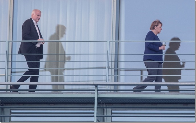 Merkel mit Weinglas und Seehofer hintendrein