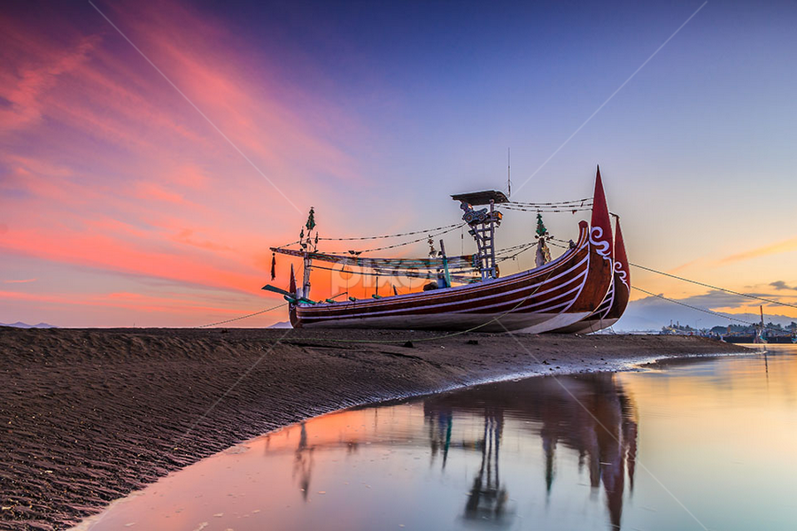 Agrounded! by Budi Astawa - Transportation Boats ( boats, blai, pengambengan, negara )