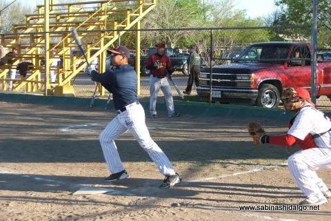 Iván Buentello de Maypa Trucking en el softbol sabatino