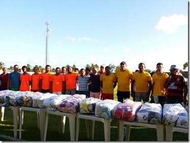 Vinte times recebem uniformes completos para estreia no campeonato municipal de futebol em Tibau do Sul