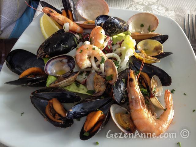 Sorrento'da La Kambusa'da deniz mahsulleri salatası