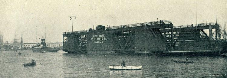 El nuevo dique flotante de la Unión Naval de Levante S.A. llega al puerto de Valencia en diciembre de 1924. De la revista Iberica.jpg