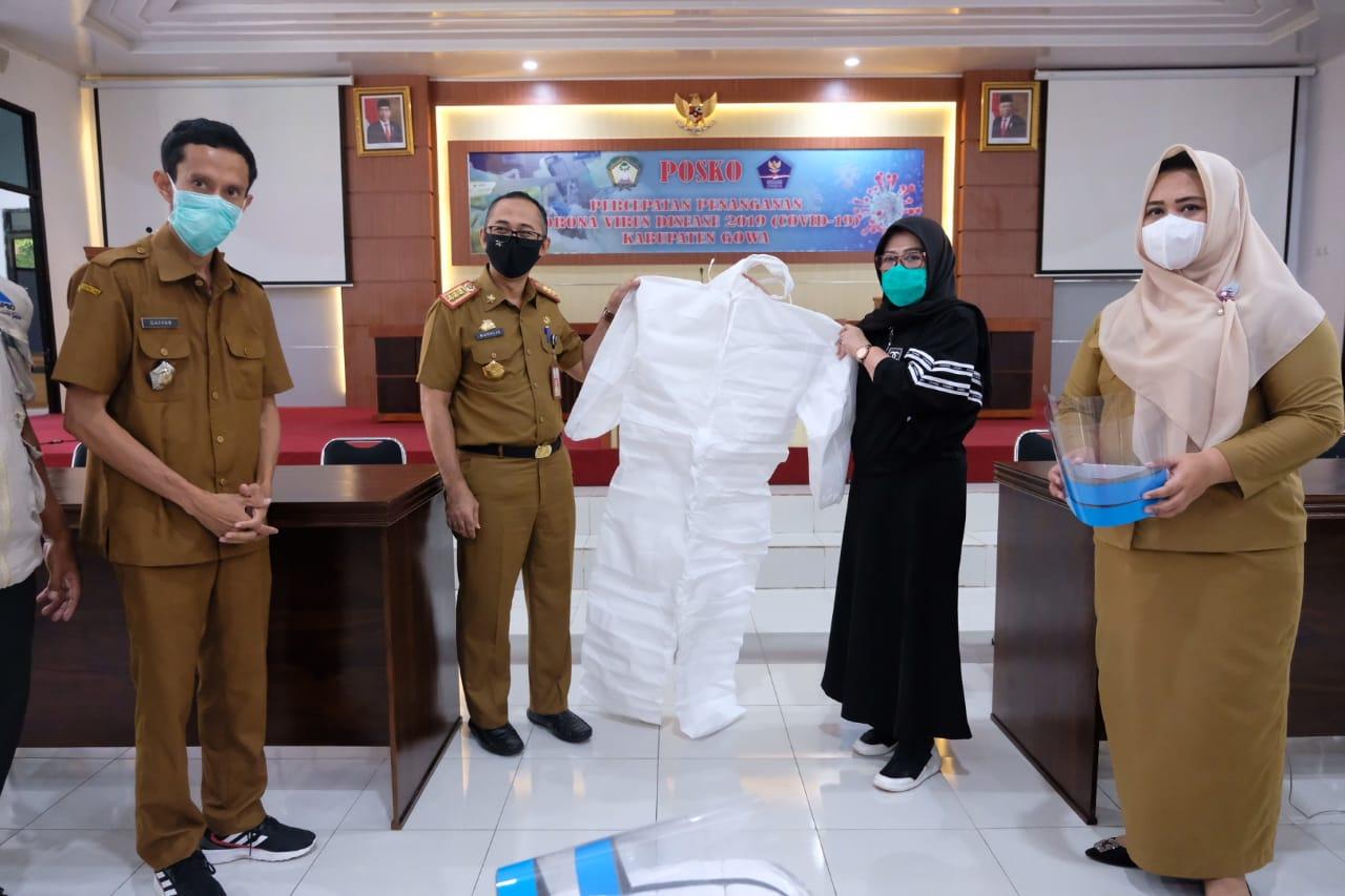 Peduli Covid 19, Keluarga Yasin Limpo Serahkan 100 Baju Hazmat